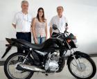 José Cláudio Beltram – Presidente da Acil e Sebastião Marcelino Corteze representando a Acil entregam a moto Honda CG 1