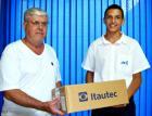 Eduardo Luis dos Santos representando a Acil entrega o Notebook para Benedito Gilberto Tonoli  que comprou na Embaleme
