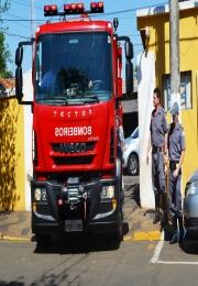 Posto de Bombeiros de Leme recebe novo caminhão para combate a incêndios